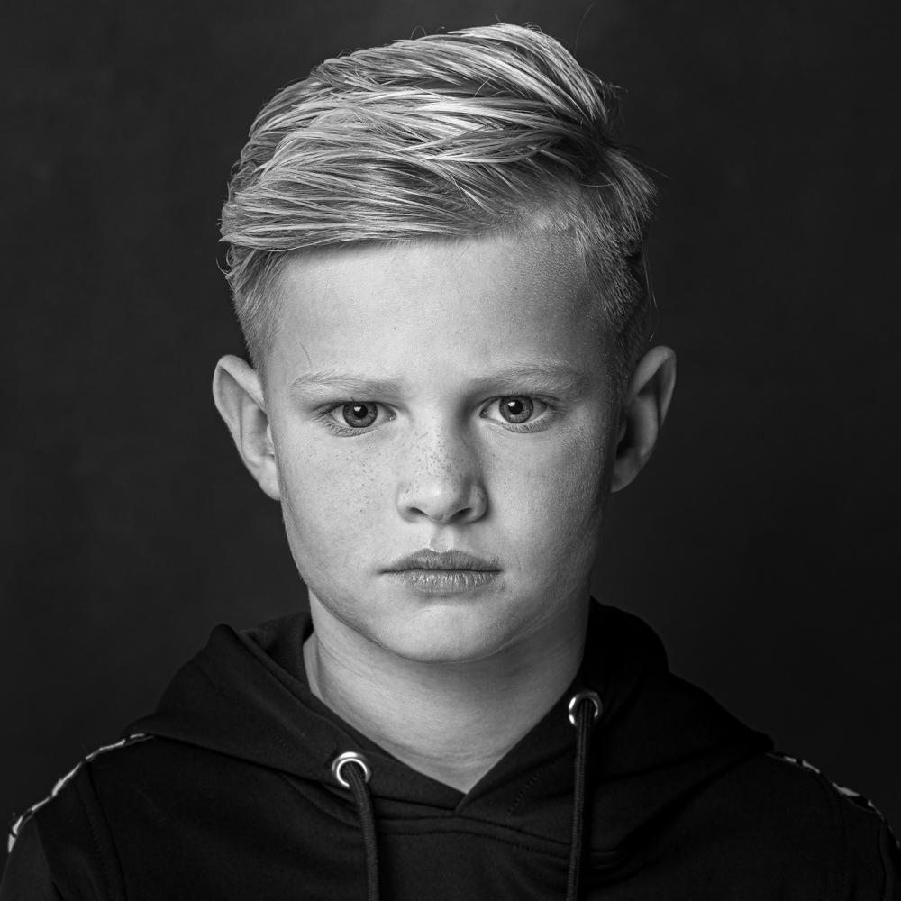 Portretfoto zwart-wit jongen